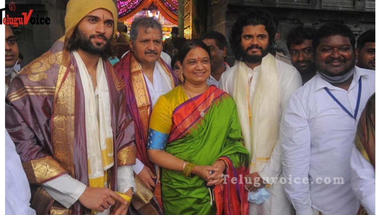 Vijay Deverakonda Spotted At Tirumala With Family teluguvoice